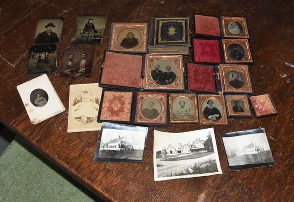 Lot of daguerreotypes and tin types (897-8)