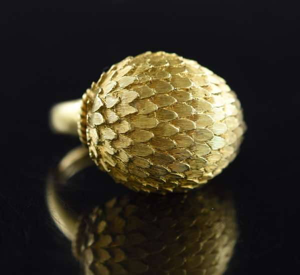 """Jewelry - 18kt yellow gold dome top """"feathered"""" ring, 7.2 gr. (875-40)"""