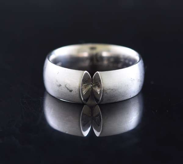 Jewelry - 18kt white gold tension mount ring (missing stone), engraved 9. Sept. 2004, 11.9 gr. (875-39)