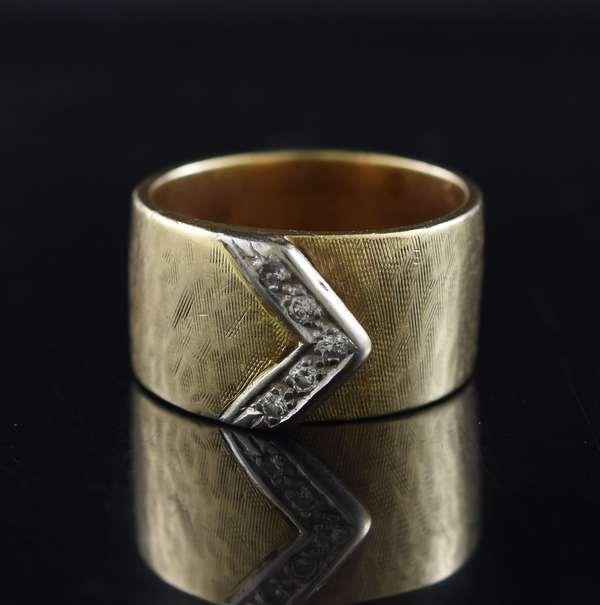 Jewelry - 14kt yellow gold belt ring set w/ .10 ct. tw. of diamonds, 11.3 gr. (875-44)
