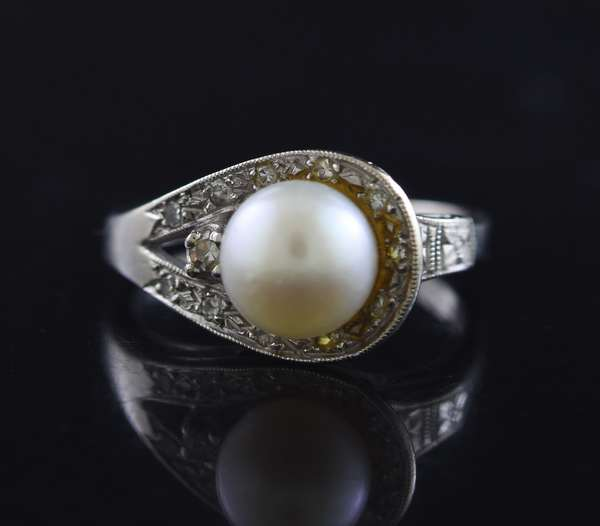 Jewelry - 14kt white gold 7 mm white pearl and diamond ring, .12 ct. tw., 3.6 gr. (875-48)