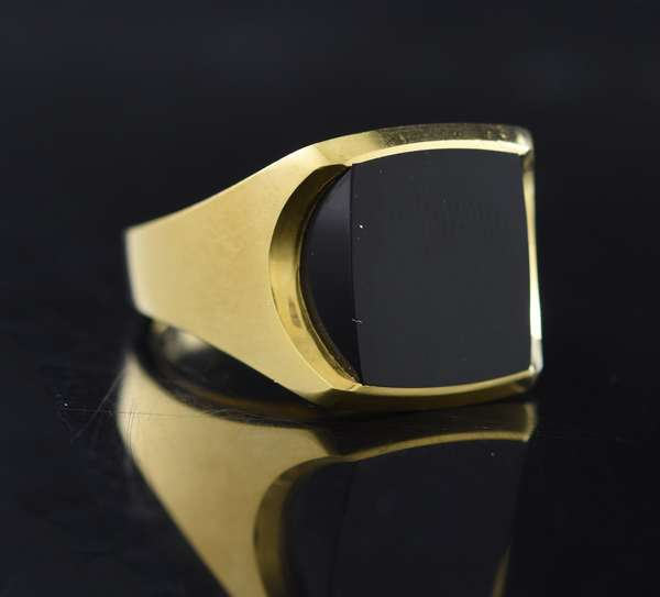 Jewelry - Gents 18kt yellow gold ring set with square black onyx, 19.3 gr. (875-49)