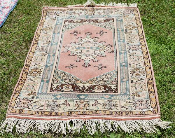 """Small size Oriental rug, light colored field, 3'4"""" x 4'8"""" (696-28)"""