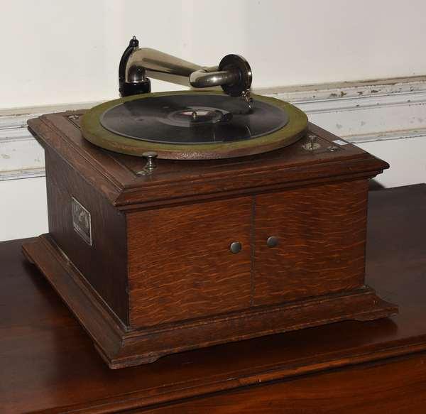 "Victorian table model Victrola VI, 14"" x 15"" (293-12)"