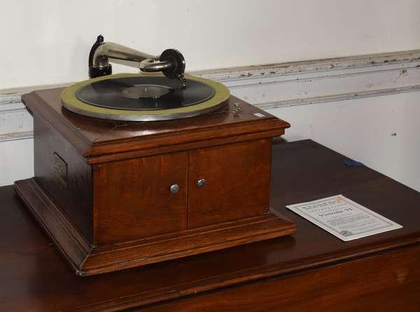 """Table modelVictrola model VI in oak, 16.5""""W x 20"""" (293-15)"""