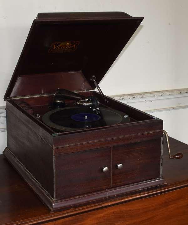 """Table model Victrola IX mahogany 16""""W. x 14""""H. x 19"""" (293-14)"""