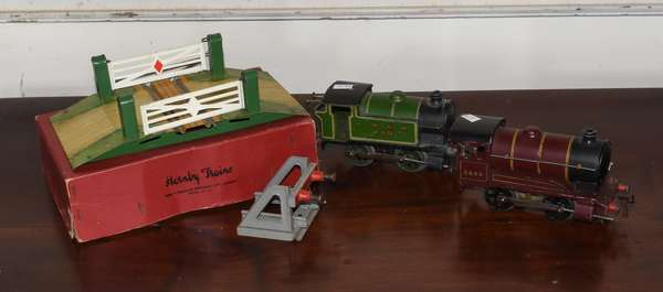 English key wind Hornby (2) engines and a level crossing guard (293-20)