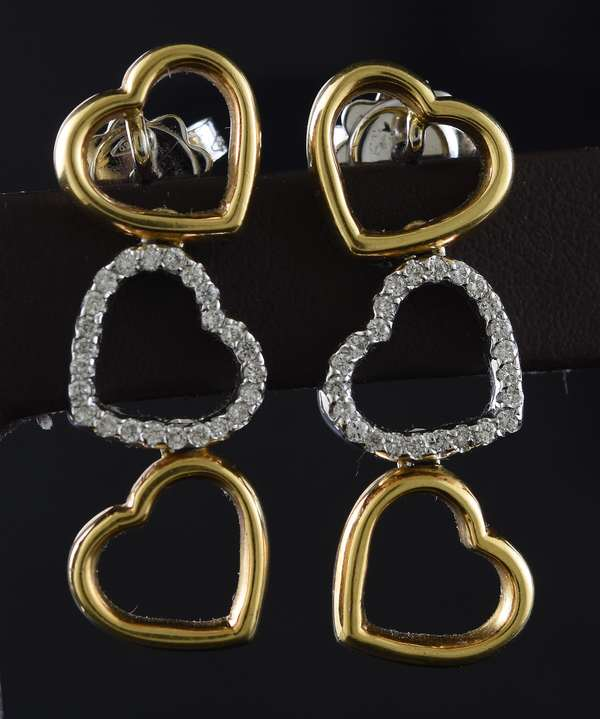 Jewelry: Pair of 18k yellow gold heart shaped earrings, 9 grams