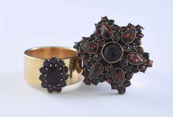 Two antique gold garnet rings (320-22)