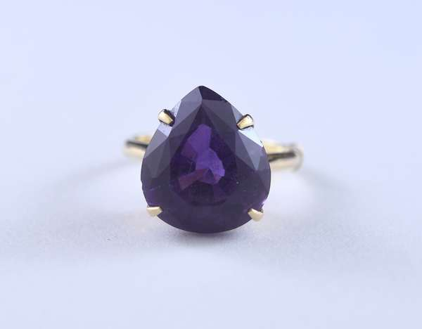 Large amethyst and gold ring (320-32)