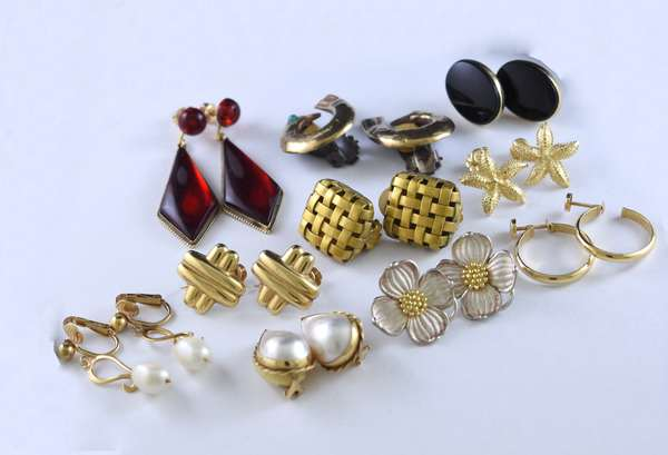 10 pairs of gold earrings (320-36)