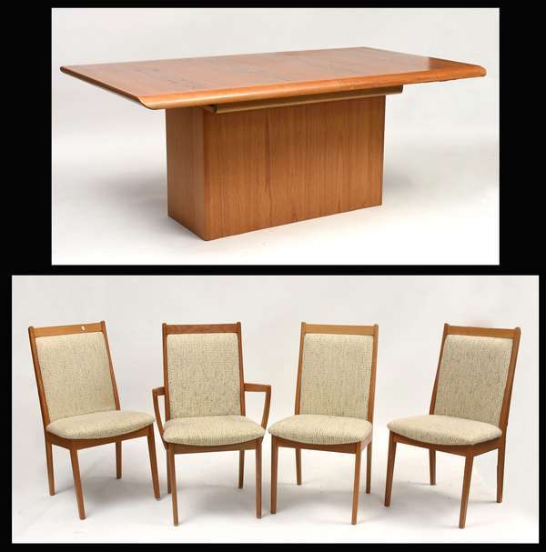 Danish teak extending dining table with two leaves, pads and four chairs, Made by Vejle