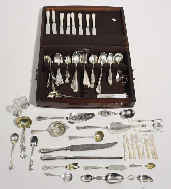 Assorted sterling flatware set with case, approx. 61 T.oz weighable silver (64-7)