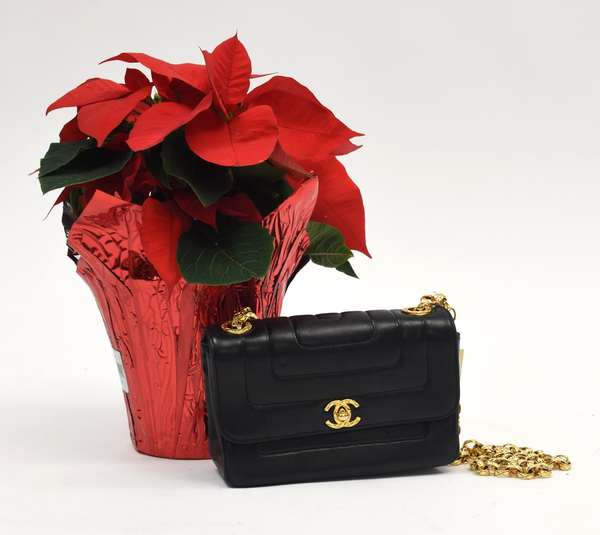 Ladies black leather Chanel bag with gold color shoulder chain, sleeper bag and authentication card included (297-37)