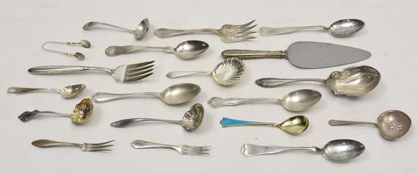 Seventeen pcs of odd sterling flatware along with 2 handled serving pcs., approx. 14 T.oz weighable silver (678-10)