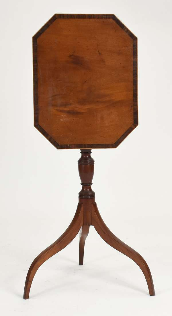Fine Federal inlaid mahogany tilt top candlestand top with rosewood cross banding, urn standard delicate spider leg with inlaid cuff, Portsmouth ca.1810 original finish