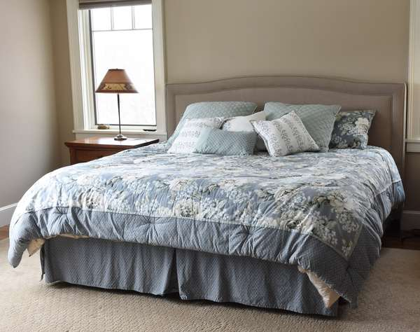 King size bed with tempurpedic mattress and bedding (673-3)
