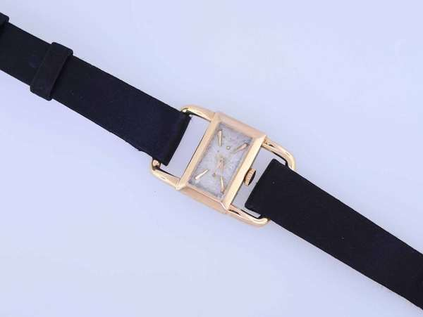 Vintage 1950s ladies Jaeger LeCoultre wrist watch, in 18K rose gold. Condition:good.