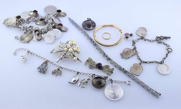 Lot of silver and costume jewelry. Condition: good.