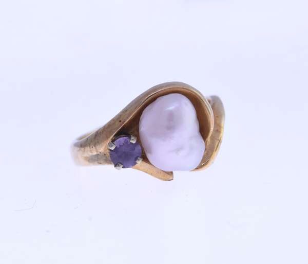 Custom Gail Lyman 14K ring with baroque pearl and amethyst, size 8. Condition: good.