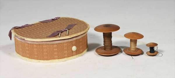 """3 graduated Shaker spools from .75"""" to 1.75"""", with a Sabbath Day Lakes sewing box. 5.5"""" L x 4"""" D. Prov. Reinhold/Tolman estate. Condition smallest spool with chips, sewing basket with edge loss."""