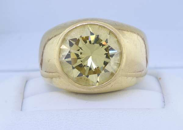 MAN'S 18K GOLD 8 CT. CANARY YELLOW DIAMOND RING.  A round brilliant cut yellow diamond is flush set in a 16 mm wide mounting, VVS, very good cut, sz. 10, 25.1 grams.  Very good condition. - New bidders to Smiths - Payment for this lot must be made with Cash, Certified Check or Wire Transfer. NO CREDIT CARDS or Pay Pal accepted. Items will be held by Smiths until payment has cleared.