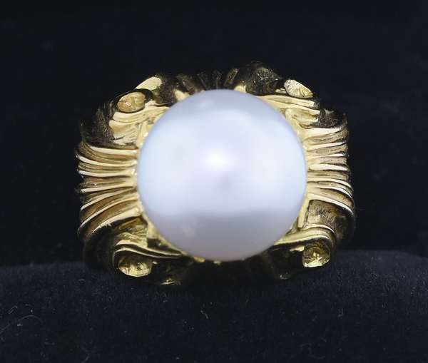 18K YELLOW SOUTH SEA PEARL RING.  The chunky hand carved ring is set with a 12.5 mm slightly gray, lightly blemished pearl with good luster, sz. 4 1/2, 18.5 gr.  Good condition. - New bidders to Smiths - Payment for this lot must be made with Cash, Certified Check or Wire Transfer. NO CREDIT CARDS or Pay Pal accepted. Items will be held by Smiths until payment has cleared.